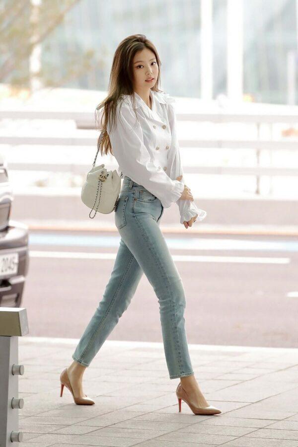 Phong cách 8: Áo sơ mi công sở nữ mix cùng quần jeans