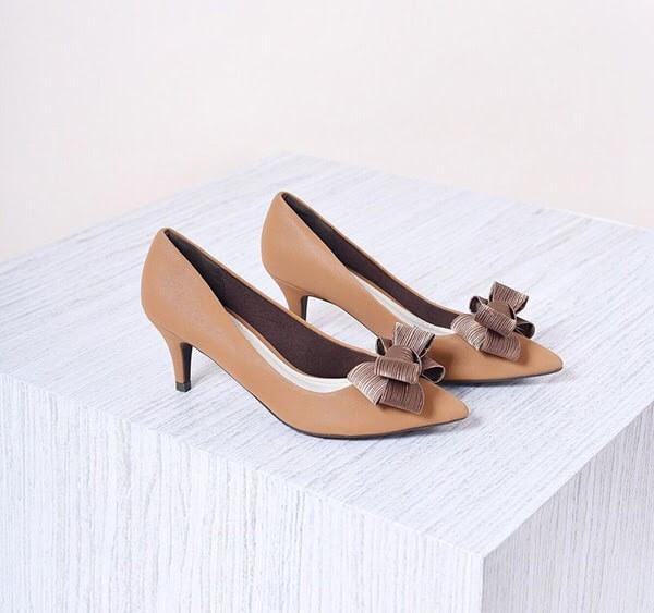 Giày độn đế hoặc giày cao gót là lựa chọn thích hợp nhất cho những cô nàng công sở có chiều cao khiêm tốn