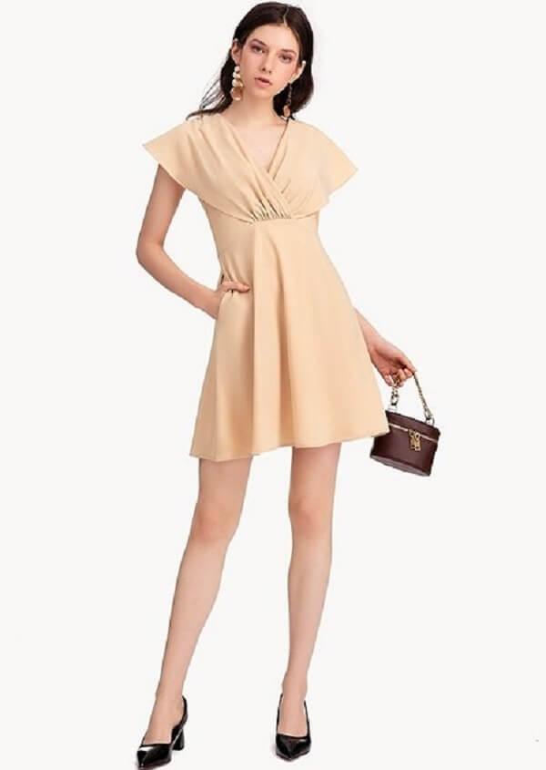Chú ý phần cổ xẻ tim của váy công sở không quá 10 cm (tỉ lệ an toàn)