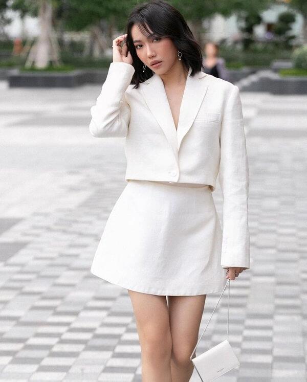 Vóc dáng thanh thoát như mây nhờ phối áo khoác lửng và chân váy tiệp màu trắng