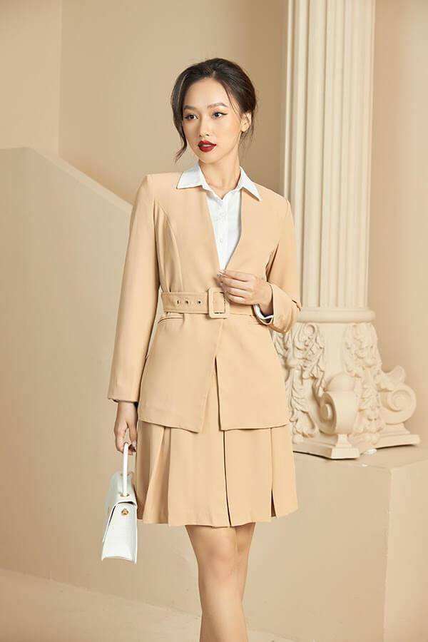"""Một quy tắc diện thời trang công sở cho người lùn mà những nàng nên thuộc nằm lòng đó là """"càng ngắn càng tốt"""""""