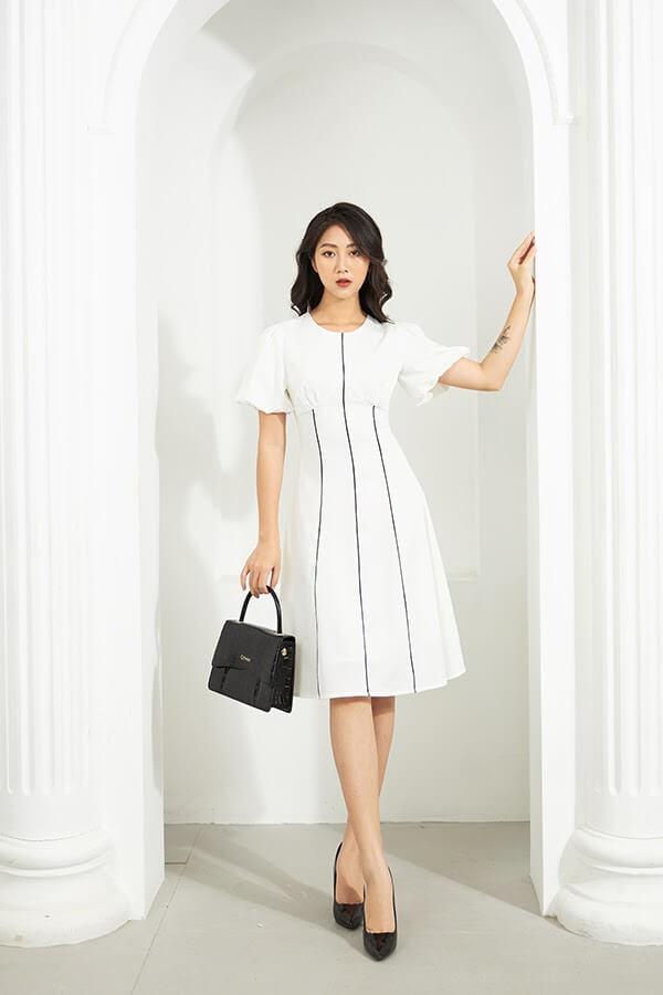 Những chiếc váy eo cao sẽ rất hiệu quả trong việc chia tỉ lệ cơ thể bạn trông cân đối hơn, đây cũng là tips phối đồ công sở cho người lùn hiệu quả