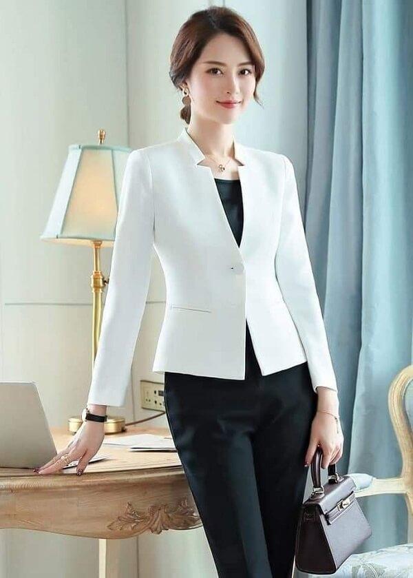 Set đồ vest trắng với quần âu đen cũng là thiết kế khá thanh lịch và trẻ trung cho các cô giáo trẻ.