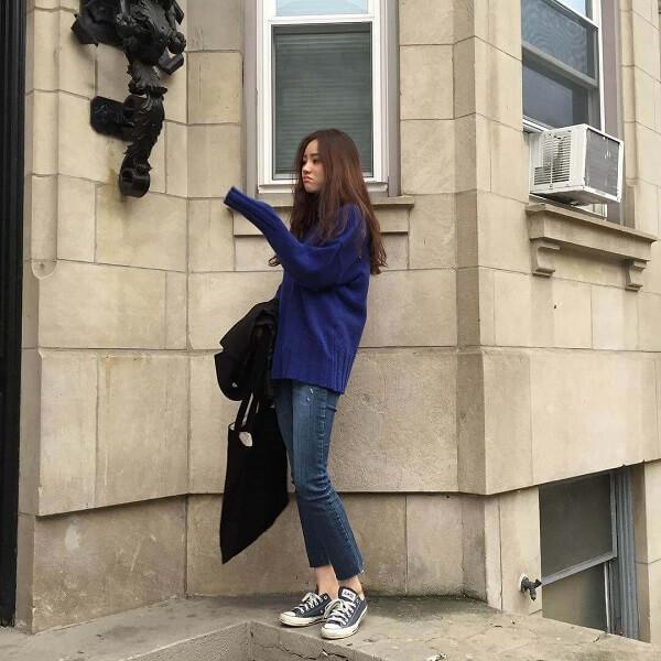 Cách phối đồ mùa đông cho nữ diện áo len xanh phối cùng quần jeans