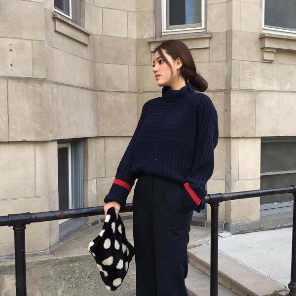 Áo len cổ lọ phối hợp với quần vải